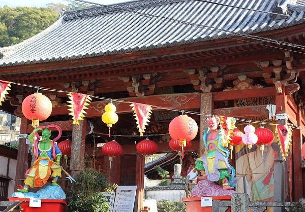 興福寺の入り口、ランタンとオブジェの写真