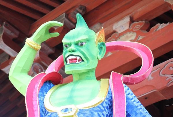 興福寺、緑色の鬼のオブジェの写真