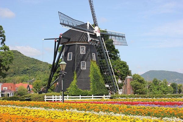 ハウステンボス、フラワーロードの写真(風車と花園)