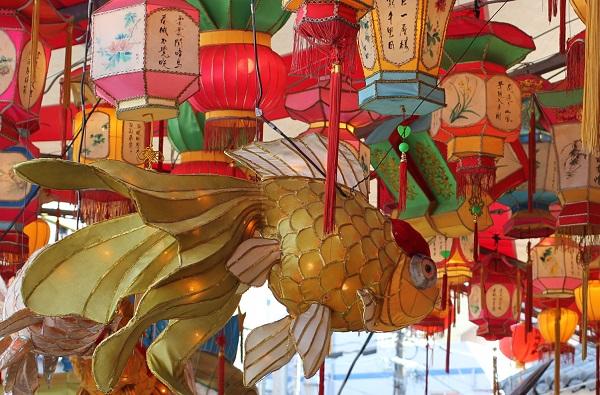 新地中華街会場、彩りの提灯と金魚のオブジェの写真