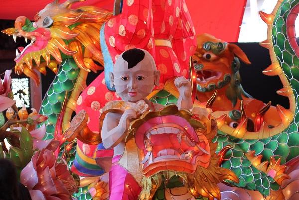 新地中華街会場、子供と龍のオブジェの写真
