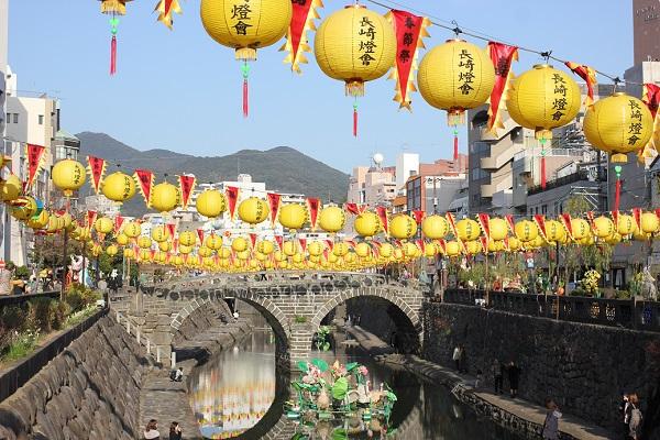 中島川にかかった黄色いランタンと眼鏡橋の写真