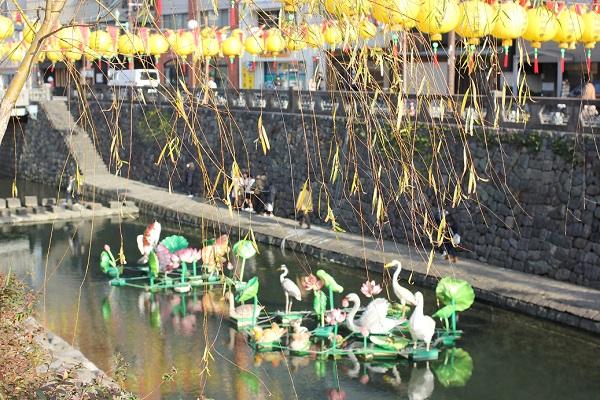 中島川の中にあるツルや花のオブジェの写真