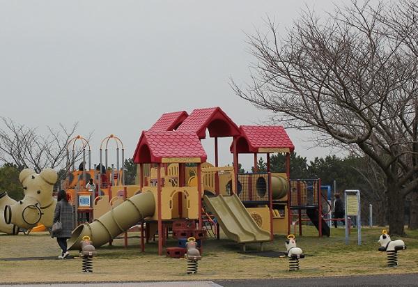 玄海エネルギーパークの広場、遊具の写真