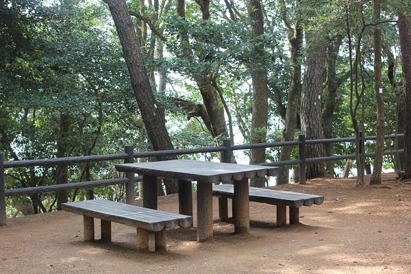 玖島崎キャンプ場の海側のテーブル付きのベンチの写真
