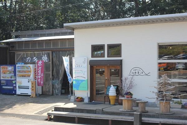 展海峰公園にある「牡蠣小屋」と「半島キッチン ツッテホッテ」の外観写真