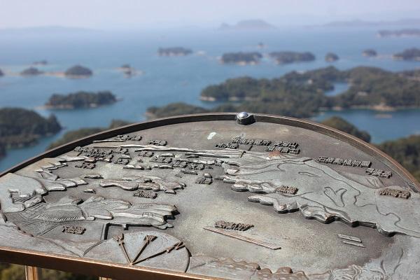 展海峰の展望台にある島の地図の案内版写真