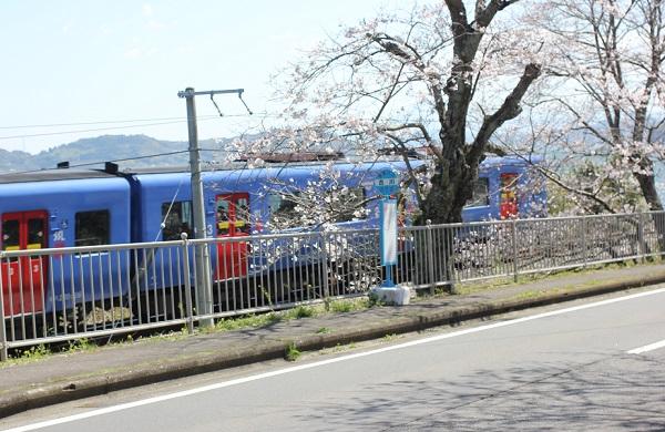 古川、列車と桜の写真