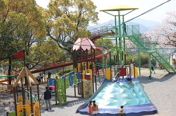 立山公園の遊具広場で遊ぶ子供達の写真