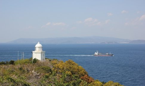 伊王島の灯台と海、船の写真