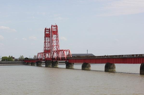 築後川にかかる筑後川昇開橋の写真