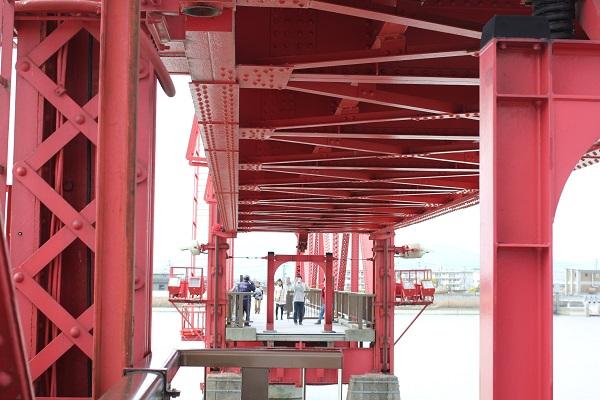 筑後川昇開橋の可動の様子(橋が上がりかけ)の写真