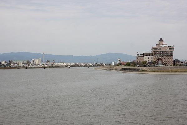 筑後川昇開橋からみた風景(川と遠くに見える白い橋と建物)の写真