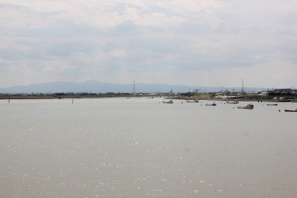 筑後川昇開橋からみた風景(キラキラした川と船と山の様子)の写真