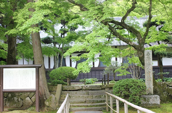 清水寺本坊庭園の建物と看板、入り口の写真