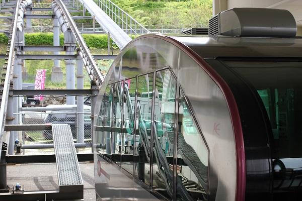 英彦山、花駅を出発するスロープカーの写真