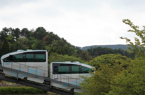 英彦山、石段「表参道」に沿って走るスロープカーの写真