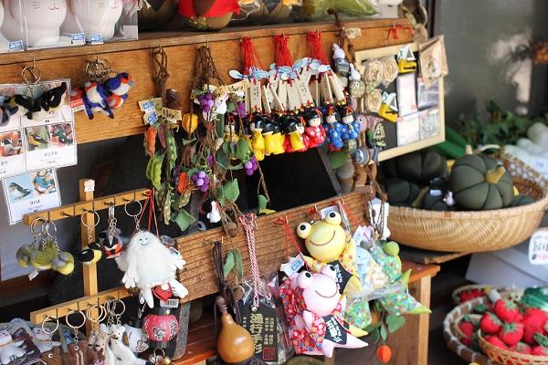 菅沼合掌造り集落のお土産屋さんにあった可愛い野菜や生き物の小物写真