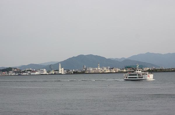 姪浜渡船場から能古島渡船場へ向かうフェリーの様子の写真