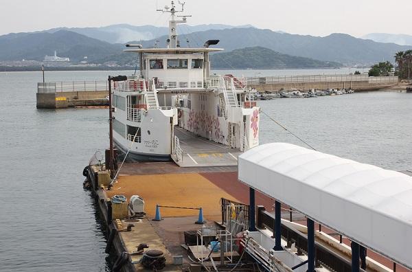 能古島渡船場、フェリーが到着した様子の写真