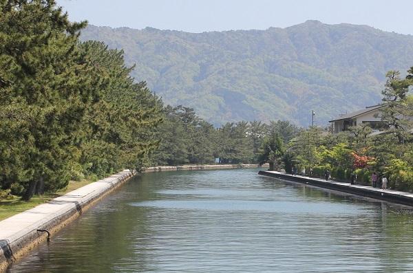 山々を背景とした天橋立運河、景色が綺麗な写真