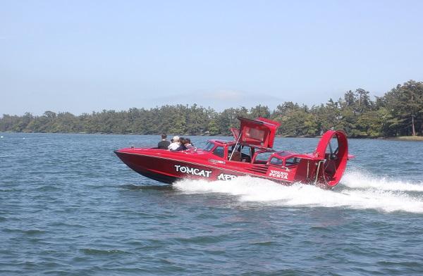 天橋立、海をはしる赤いモーターボートの写真