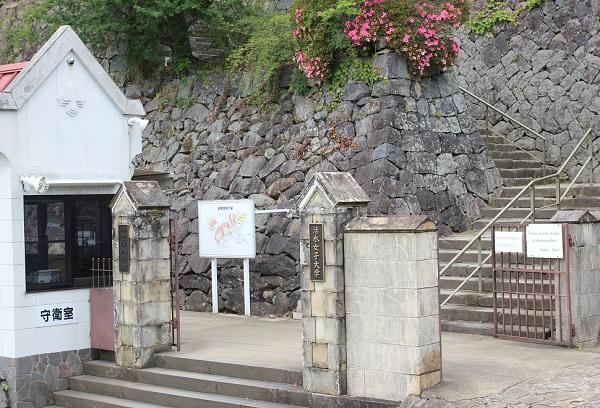 オランダ坂から見た活水女子大学の入り口の写真
