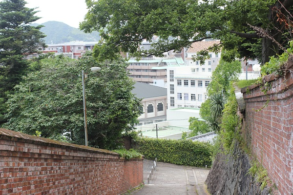 活水女子大学を見下ろすオランダ坂の写真