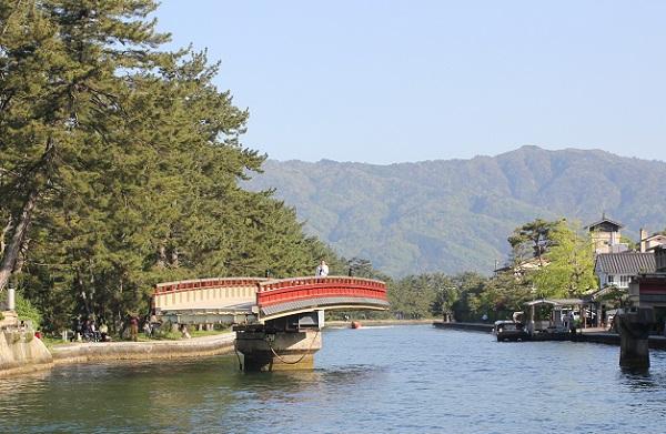 天橋立の廻旋橋、橋が動いた様子の写真