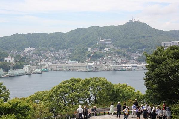 旧三菱第二ドックハウスの2階のバルコニーから写した写真(稲佐山や海、港の様子)