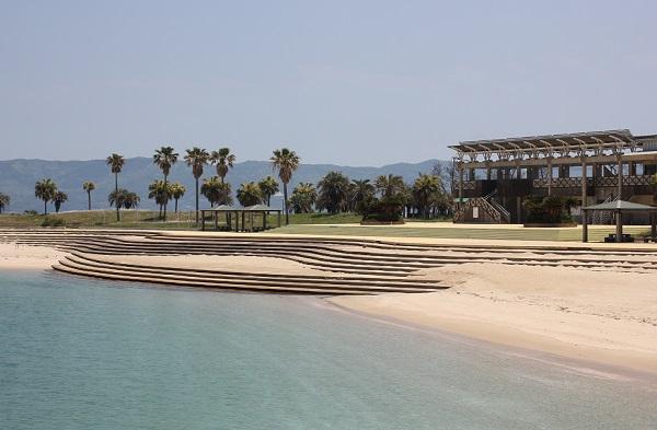 きれいなビーチがある高島海水浴場の全体写真