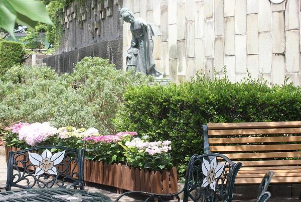 グラバー園、マダムバタフライを演じた三浦環の像と紫陽花の写真