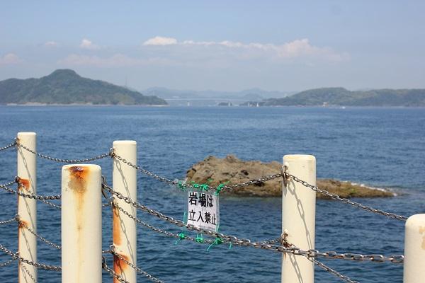 高島飛島釣り公園の釣り場の写真(岩場は立入禁止の札)