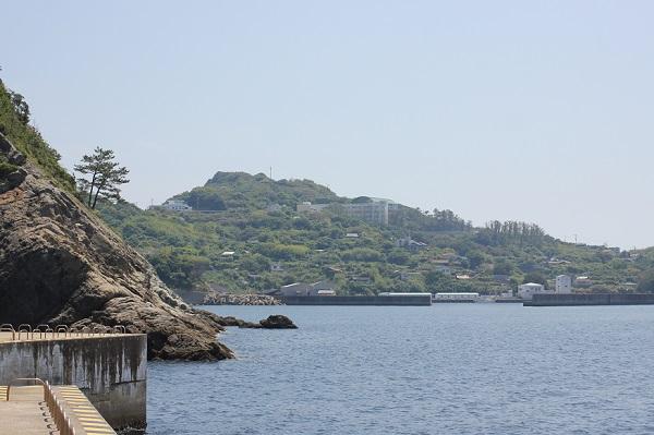 飛島の釣り場からみた高島の町の様子の写真