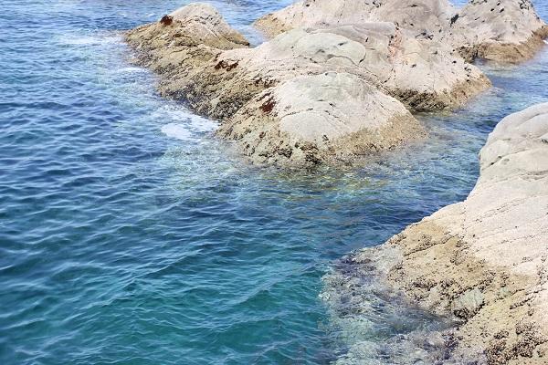 高島飛島釣り公園の青い海と岩場の写真