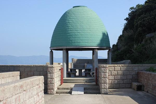 高島飛島釣り公園内の屋根付きベンチの写真