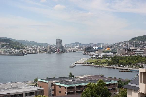 グラバー園の展望台から見た長崎港や水辺の森公園の写真