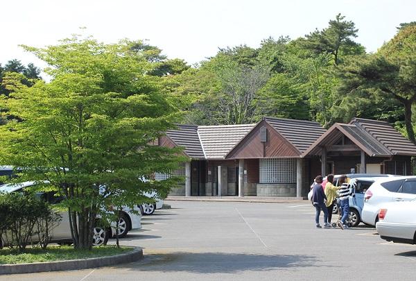 宝原つつじ公園の駐車場とトイレの写真