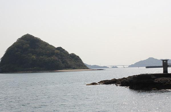 鼠島、海岸からみた伊王島や伊王島大橋の写真