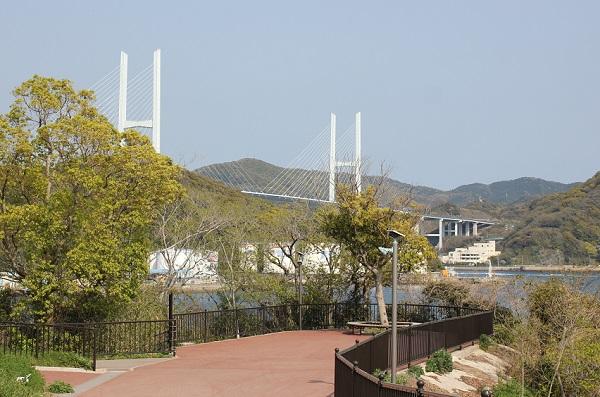 鼠島公園、女神大橋が見える写真