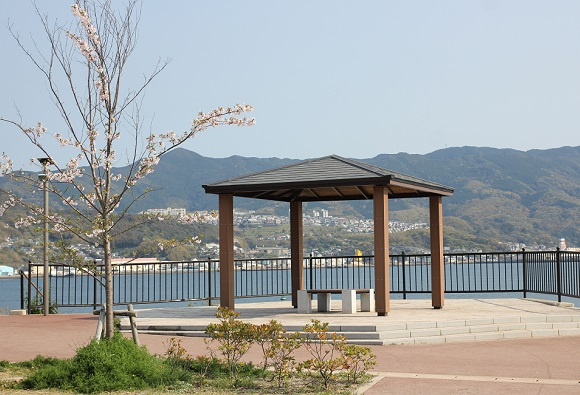 鼠島(ねずみじま)公園のあずまやと海や街を望む風景写真