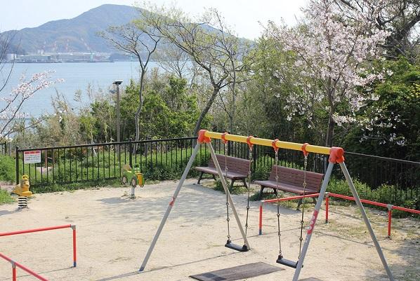 鼠島公園、ブランコと遊具の写真