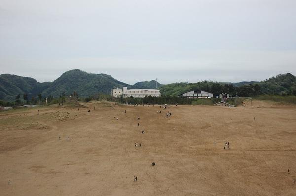 鳥取砂丘、ビジターセンター方面に戻る人々の写真