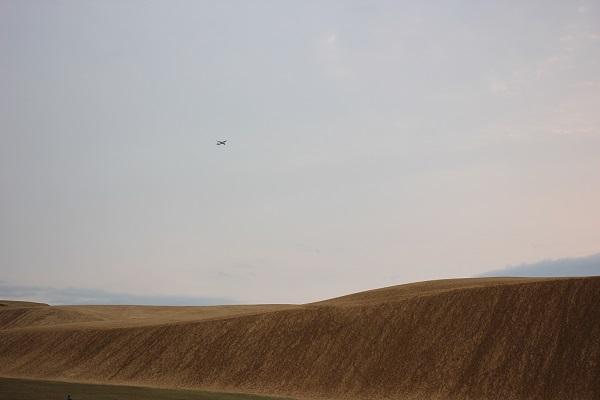 鳥取砂丘の馬の背と夕暮れに飛ぶ飛行機の写真