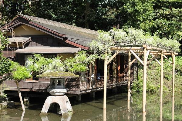 兼六園の瓢池の池のほとりに佇む「三芳庵水亭」の写真