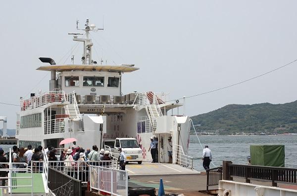 能古島から到着したばかりのフェリーの様子の写真