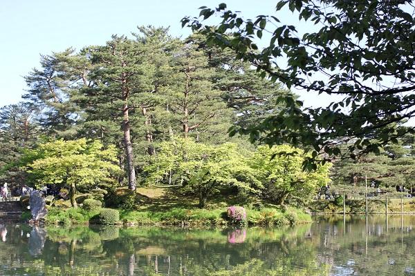 兼六園の霞ヶ池にある蓬莱島の写真