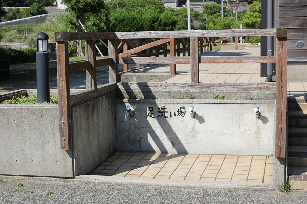 潮井崎公園のキャンプ場広場にある足洗い場の写真
