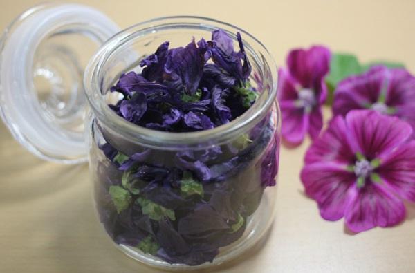 乾燥させたマロウのハーブティーを瓶に入れてる様子とマローの花の写真