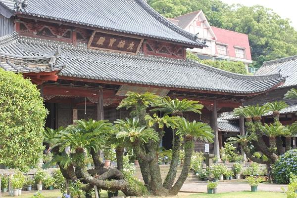 大雄宝殿の外観と庭の写真